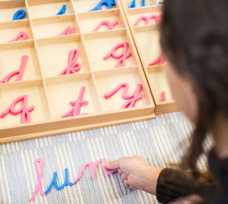 estudiantes, pareja tapete alfabeto.
